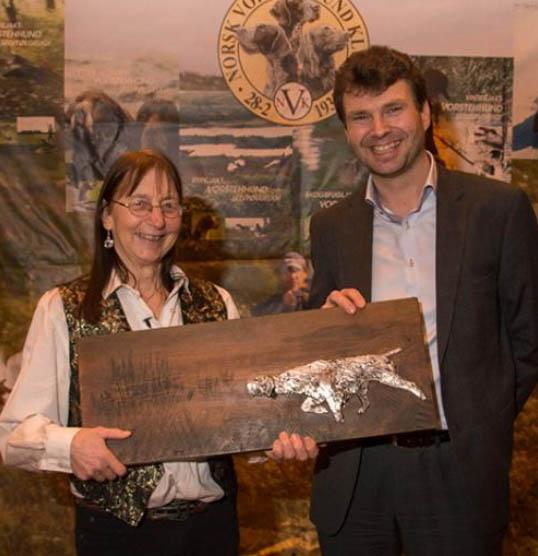 Randi Schulze med Stang Vandrepremie, sammen med jaktrådets leder Øystein Eriksen