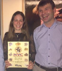 Ellen Marie Imshaug med NVC-diplom for Vill Iver. T.h. Øystein Eriksen.