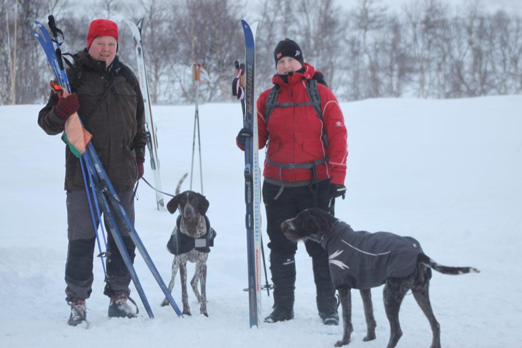 Anders Hansen og KV Leica og Helene Indreflø og Kattaviks Callisto er klare for rypefjellet.