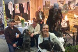 Blide folk og hunder på NVK-stand